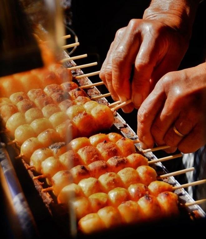 <p> Mitarashi Dango, bánh nếp nướng, là một trong những phiên bản phổ biến nhất của món Dango (bánh trôi Nhật Bản). Món ăn này được nướng trên bếp than và dùng với nước sốt đậu nành. Các quầy bán Mitarashi thường tập trung rất đông phía ngoài các ngôi đền Shinto.</p>