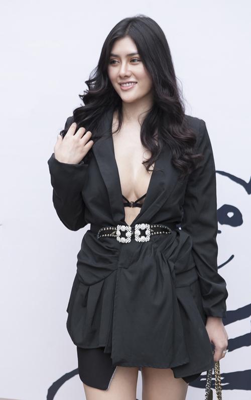 Hoa hậu  ca sĩ Huỳnh Tiên chọn style sexy.