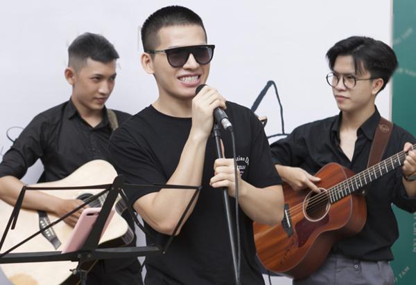 Quốc Thiên hát Người tình mùa đông tặng mọi người tham dự sự kiện.