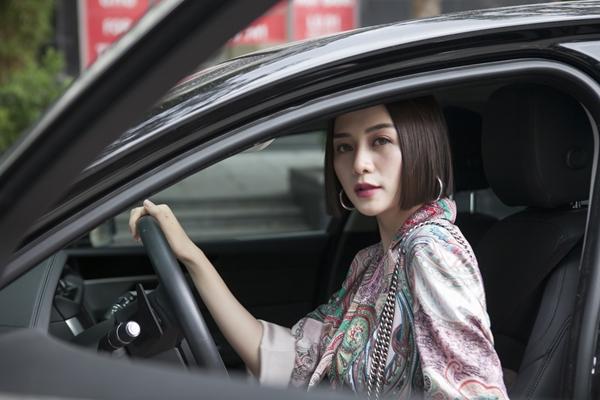 Ngày 19/11, Thiều Bảo Trang ra mắt một cơ sở làm đẹp tại TP HCM kết hợp cùng nhà tạo mẫu tóc Chí Tâm. Nữ ca sĩ xuất hiện trong ngày trọng đại bằng xế hộp sang tậu năm qua, tự lái.