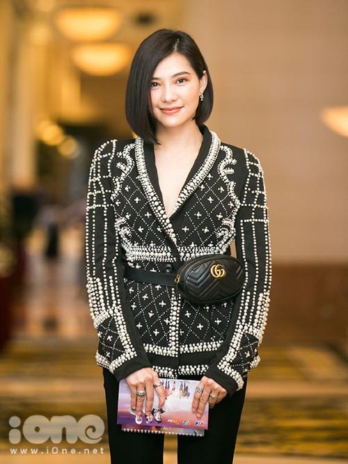 Lưu Đê Ly xuất hiện tại buổi họp báo bộ phim Chạy trốn thanh xuân trong do cô thủ vai chính vào chiều 19/11. Cô diện vest cách điệu không nội y, khoe vòng một lấp ló.