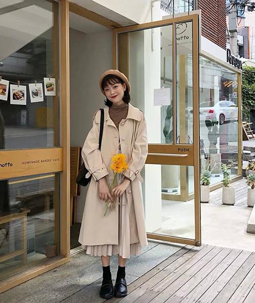 Với những chiếc chân váy dài bắp chân, bạn nên chọn áo khoác ngắn hơn khoảng 5-10 cm là hợp lý hơn cả. Công thức này phù hợp với cả những nàng nấm lùn để tạo cảm giác cao ráo hơn, không lo trông quá nhỏ bé.
