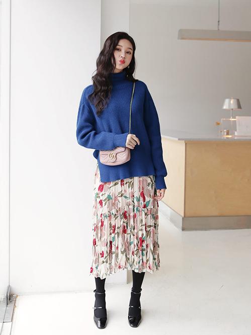Lưu ý khi mặc áo len trơn màu, bạn có thể diện chân váy hoa làm điểm nhấn và ngược lại, áo len có họa tiết nên được kết hợp cùng chân váy trơn.