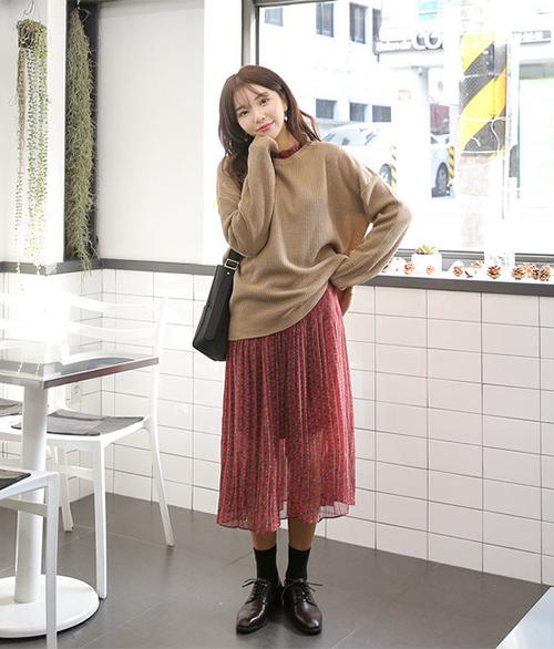 Cách mix đồ trên đông dưới hè này rất được các cô gái Hàn yêu thích vì giúp những chiếc áo len quen thuộc và có phần nhàm chán trở nên đặc biệt hơn hẳn.