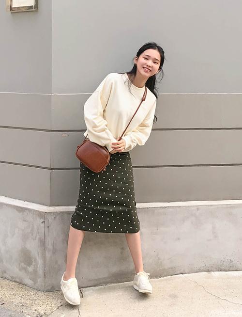 Chân váy bút chì thường có độ ôm, vì thế khi diện cùng áo nỉrộng rãi sẽ giúp cân bằng tỷ lệ cơ thể, tạo nên cả cây đồ sporty mà vẫn sành điệu.
