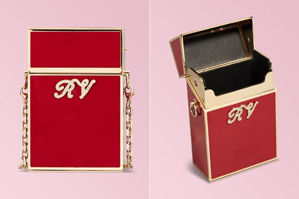 Đây là một sản phẩm độc đáo của thương hiệu Roger Vivier. Ngoài tông màu đỏ đun với phần mạ kim loại sáng bóng, trên bề mặt túi còn đính logo RV đá sáng lấp lánh tăng độ sang chảnh. Giá bán của nó là 1.350 bảng Anh (khoảng hơn 40 triệu đồng).