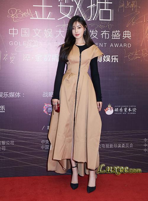 Thiết kế nhỏ xíu này còn chẳng chứa nổi một thỏi son, tuy nhiên nó vẫn được sao nữ yêu thời trang sắm về để khoe đẳng cấp. Nữ diễn viên Trương Thiên Ái có một chiếc phiên bản màu đỏ giống Ngọc Trinh.