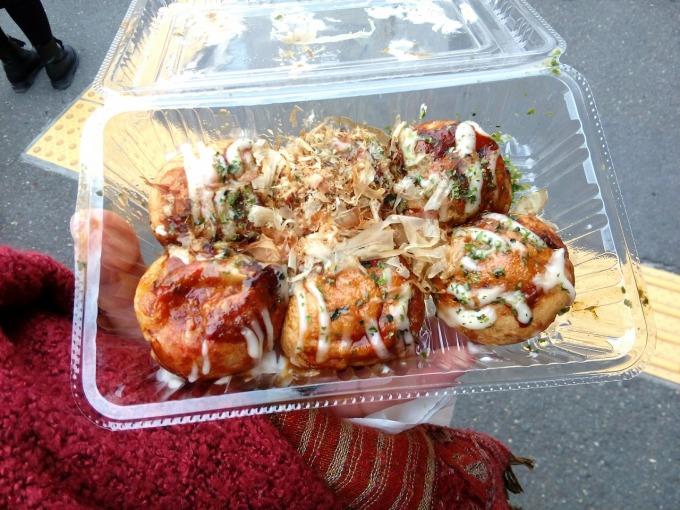 <p> Takoyaki hay còn gọi là bánh bạch tuộc chiên ra đời vào năm 1935, là món ăn rất nổi tiếng tại Nhật. Ban đầu Takoyaki chỉ phổ biến ở vùng Osaka nhưng sau đó đã lan rộng ra nhiều vùng khác. Món ăn này có vỏ bánh được làm từ bột mì, nhân bánh là thịt bạch tuộc băm hay thái hạt lựu, ngoài ra có thể độn thêm một số nguyên liệu và gia vị khác và tẩm với nước sốt, kèm với sốt mayonnaise.</p>
