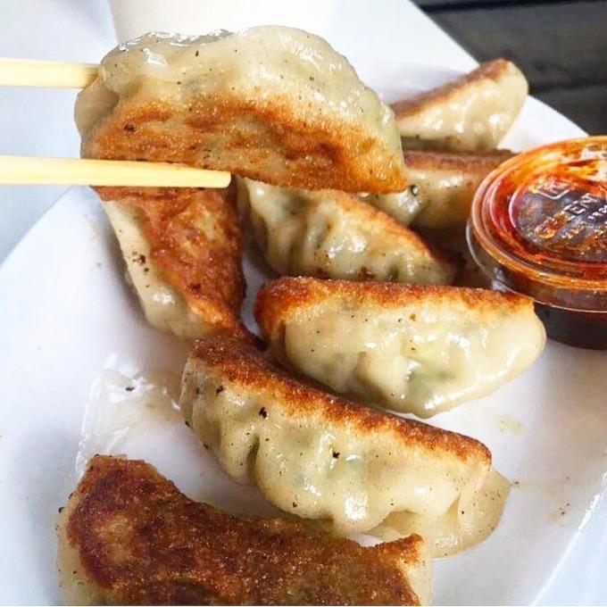 <p> Là một món bánh truyền thống của Nhật Bản, Gyoza nhìn qua thì khá giống những chiếc há cảo của Trung Quốc nhưng phần nhân nhiều rau củ hơn.Nhân Gyoza bao gồm thịt heo xay, bắp cải, hẹ, hành, tỏi và gừng. Nước chấm cũng đóng một vai trò quan trọng không kém để giúp món ăn thêm ngon và tinh tế.</p>
