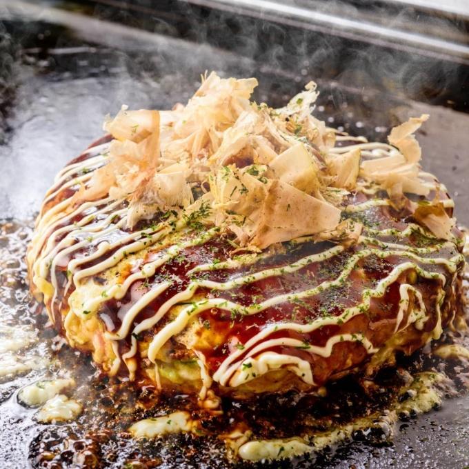 """<p> Bánh xèo Nhật Bản (Okonomiyaki) là một loại bánh mặn áp chảo gồm nhiều loại nguyên liệu như bột khoai, bắp cải, trứng, thịt, bạch tuộc, hành lá, phô mai.Okonomiyaki thường được người phương Tây gọi là """"pancake Nhật Bản"""".</p>"""