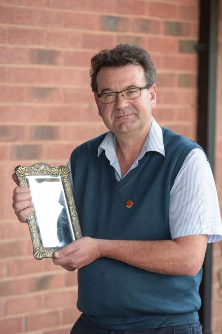 Người bán đấu giá Richard Winterton và chiếc gương.