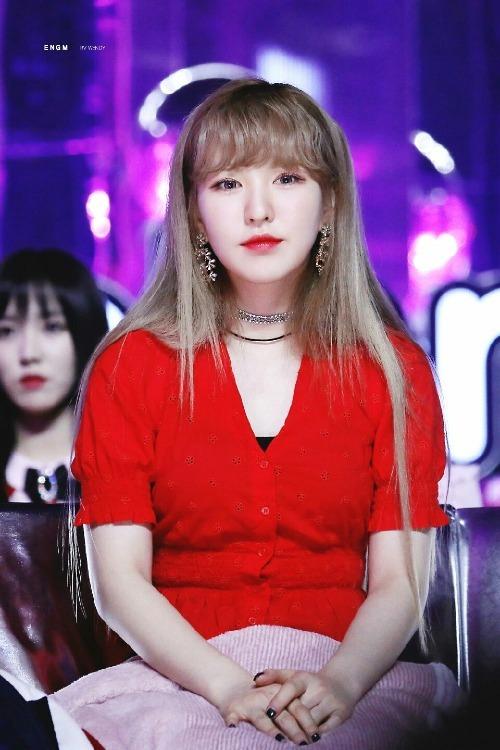 Trước đây, Wendy thường gắn bó với những kiểu tóc để mái bằng. Tuy nhiên các fan cho rằng, vẻ đẹp của Wendy chỉ thực sự tỏa sáng khi được rẽ ngôi giữa như nhiều nữ idol khác.