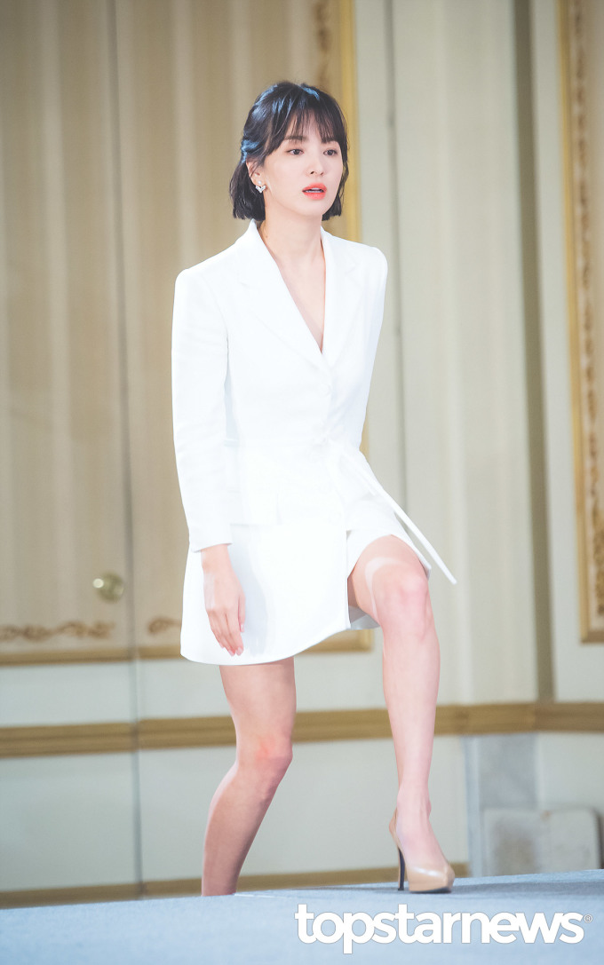 <p> Chiều 21/11, Song Hye Kyo xuất hiện xinh đẹp trong buổi họp báo phim<em>Encounter</em> ở khách sạnImperial Palace Hotel, quận Gangnam, Seoul. Nữ diễn viên chứng minh đẳng cấp ngôi sao đẹp nhất làng giải trí Hàn Quốc bằng bộ đồ vest thanh lịch, mái tóc ngắn năng động. Vóc dáng thon thả của Song Hye Kyo đã đánh bật những tin đồn bầu bí.</p>
