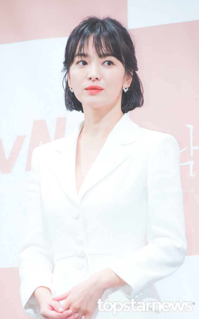 <p> Song Hye Kyo vào vai một CEO, người kế thừa giàu có nhưng cuộc hôn nhân không hạnh phúc. Trong teaser giới thiệu phim, nữ diễn viên hút hồn khán giả bằng visual đẳng cấp, không hề kém cạnh khi đứng cùng đàn em kém 12 tuổi.</p>