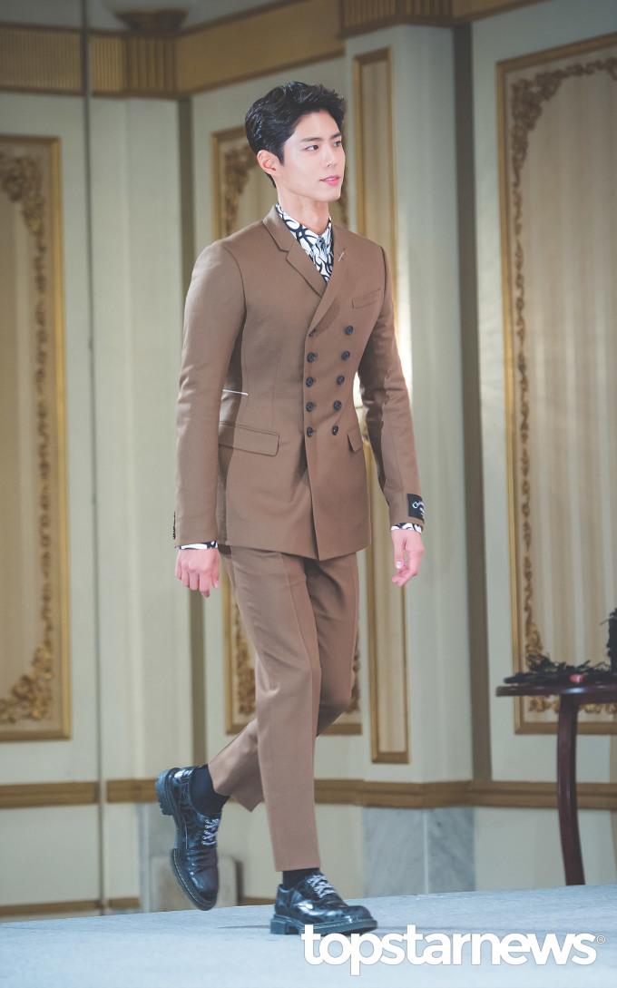 <p> Nam chính Park Bo Gum cũng lấy lại phong độ sau thời gian bị chê với mái tóc dài, xoăn như ''bà thím''.</p>