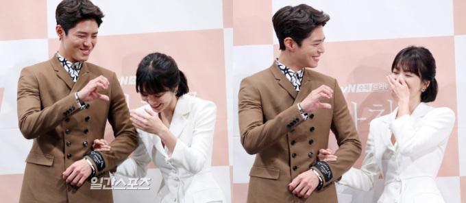 <p> Park Bo Gum là anh em thân thiết với ông xã Song Joong Ki nhưng Song Hye Kyo tiết lộ họ vốn không thân nhau từ trước. Ban đầu nữ diễn viên cảm thấy xa cách, khó tiếp cận đàn em. Tuy nhiên trong quá trình làm việc, cặp đôi đã nói chuyện rất nhiều trên phim trường, giúp bộ phim diễn ra suôn sẻ. Park Bo Gum cũng tiết lộ Hye Kyo thường xuyên mua cho anh đồ ăn ngon.</p>