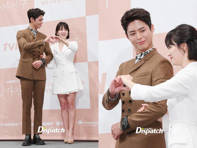 <p> Cặp đôi khá gượng gạo khi được yêu cầu tạo trái tim, khoảng cách đứng cũng cách xa nhau. Có một khoảnh khắc Park Bo Gum lộ ánh mắt trìu mến khi nhìn Song Hye Kyo. Các fan có thể mong chờ vào phản ứng hóa học của hai ngôi sao trên phim.</p>