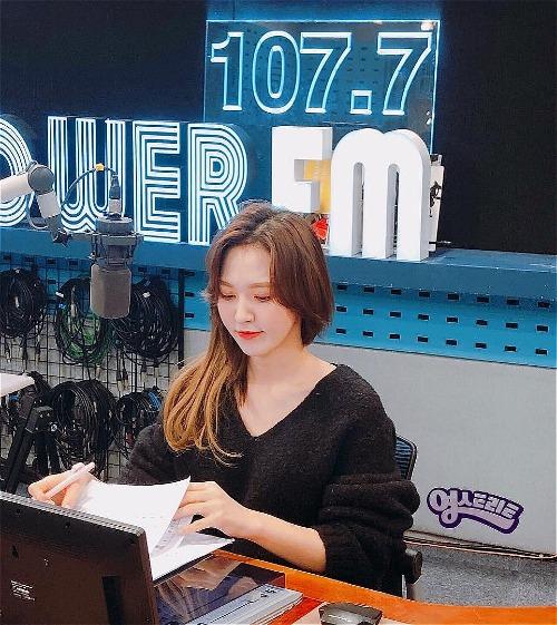 Các fan cho rằng, vẻ đẹp của Wendy chỉ thực sự tỏa sáng khi được rẽ ngôi giữa như nhiều nữ idol khác.