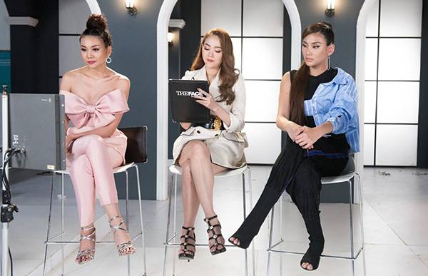 Không chỉ ăn ý về trang phục, cặp Minh Hằng - Thanh Hằng còn thường xuyên có nhiều lựa chọn hao hao về phụ kiện.