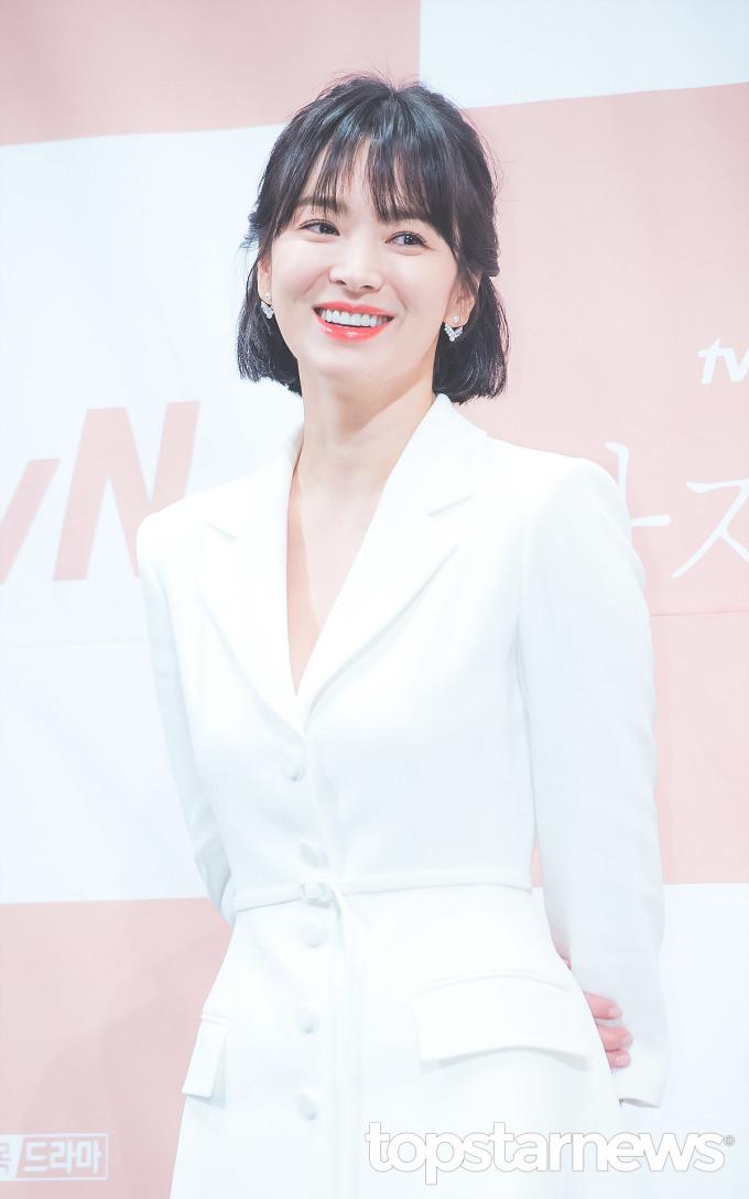 """<p> Ngôi sao cũng chia sẻ về Song Joong Ki: """"Anh ấy ủng hộ tôi trong công việc, động viên và hứa theo dõi bộ phim"""". Song Hye Kyo cảm thấy phấn khích nhưng cũng lo lắng khi diễn cùng đàn em. Nữ diễn viên còn đùa rằng đã phải giảm cân để trông thật xinh đẹp bên Park Bo Gum.</p>"""