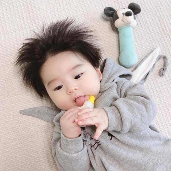 Cậu bé chỉ mới khoảng 8 tháng tuổi nhưng đã sở hữu loạt biểu cảm kute lạc lối.
