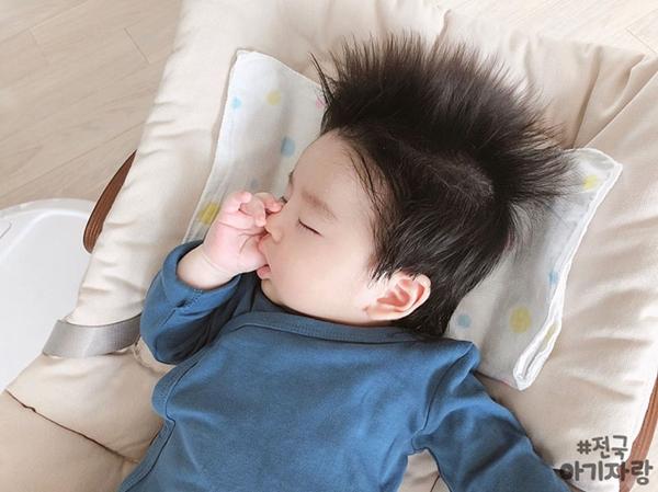 Khi ngủ thôi, Minggu cũng đốn tim nhiều người bởi vẻ dễ cưng.