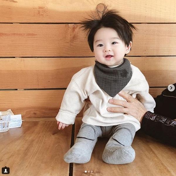 Không chỉ có mạng xã hội Hàn Quốc, ở Việt Nam hình ảnh cậu bé cũng được chia sẻ rầm rộ trên Facebook những ngày qua.