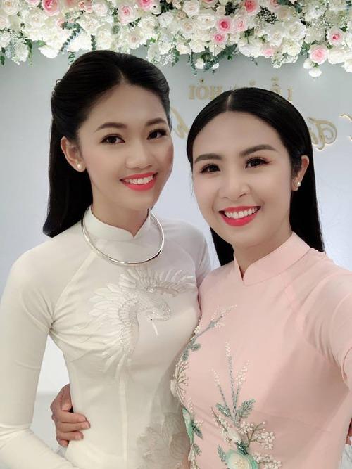 Là người bạn thân thiết của Thanh Tú, Ngọc Hân có mặt từ sớm tại lễ ăn hỏi em gái.