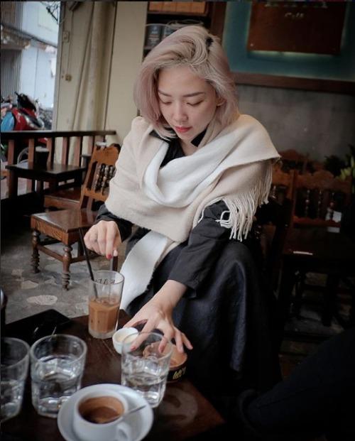 Tóc Tiên đi uống cà phê giữa cái rét đầu đông tại Hà Nội.