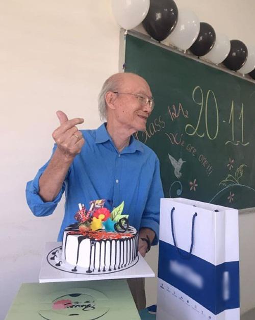 Thầy Luyến bắn tim theo đúng trào lưu để cảm ơn học trò.