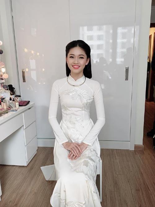 Thanh Tú diện áo dài trắng, rạng rỡ trong lễ đính hôn.