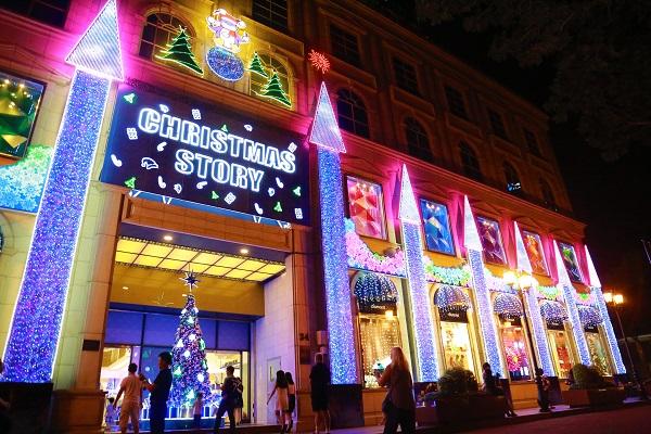 Một trung tâm thương mại lớn trên đường Lê Duẩn biến mặt tiền thành một lâu đài ánh sáng tuyệt đẹp cùng cây thông kết bằng hàng trăm dây đèn chớp nhiều màu sắc