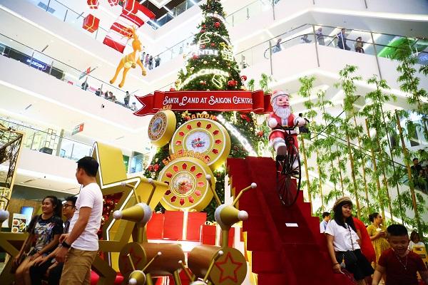 Cây thông Noel khổng lồ cao 15m với nhiều hình trang trí Noel ngộ nghĩnhtại một trung tâm thương mại tại quận 1đã lên đèn từ giữa tháng 11, thu hút nhiều người đến chụp ảnh đón Giáng sinh sớm