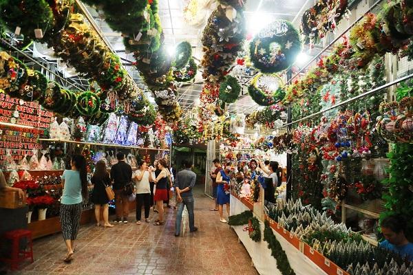 Bên cạnh đó, những khu Chợ Giáng sinh truyền thống ở Sài Gòn như Nhà thờ Dòng Chúa Cứu thế, Ngã ba Ông Tạ cũng đã bắt đầu đón hàng trăm người đến sắm đồ Noel về trang trí nhà cửa
