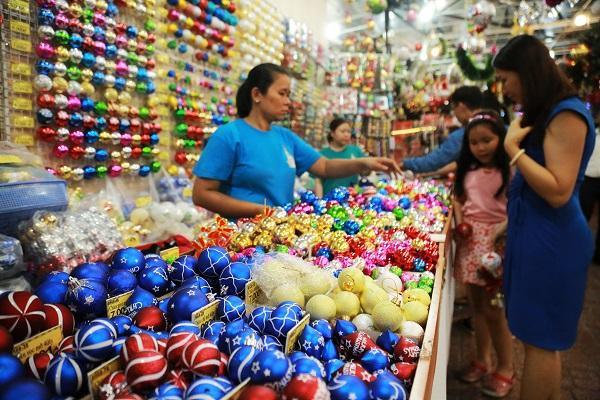 Các khu Chợ Giáng sinh cũng gây choáng ngợp không kém các trung tâm thương mại với hàng ngàn sản phẩm trang trí thiết kế tinh xảo và đầy màu sắc. Các mặt hàng quen thuộc như cây thông, hang đá, tượng giáng sinh, ngôi sao, ... được thay đổi kiểu dáng qua mỗi năm đều bán rất chạy.
