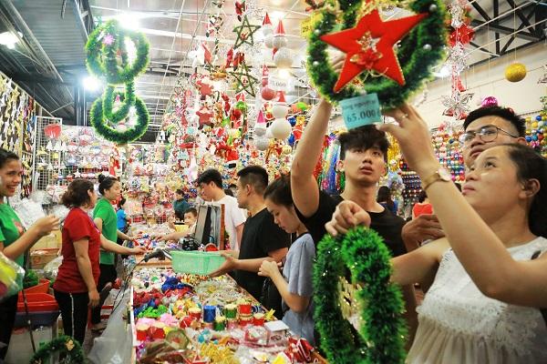 Bạn trẻ cũng hào hứng lựa quà Giáng sinh để tặng người yêu. Nhiều bạn cho biết năm naynhững mặt hàng Giáng sinh mới có thiết kế vừa đẹp vừa lạ, giá lại hợp túi tiền nên tranh thủ đi mua sớm để không phải chen chúc như những ngày cận lễ Noel.