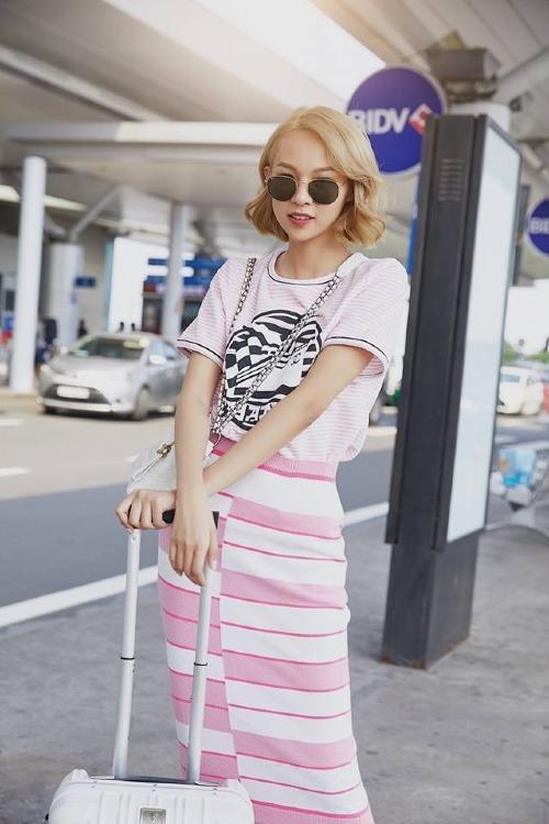 Phí Phương Anh mặc hàng hiệu sang Singapore dự sự kiện thời trang.
