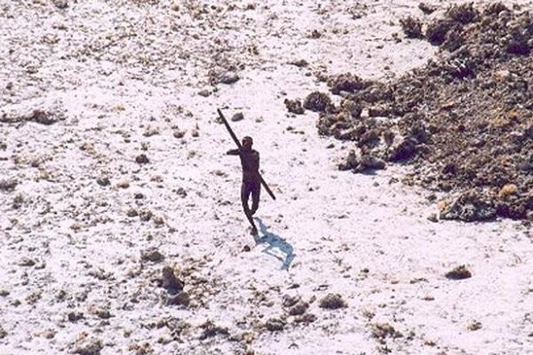 Một bức ảnh chất lượng thấp ghi lại hình ảnh một cư dân Sentinelese sử dụng cung tên tấn công một máy bay trực thăng.