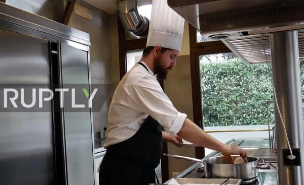 Đầu bếp Michelin Nicola Dinato  cha đẻ của món ăn kì lạ này