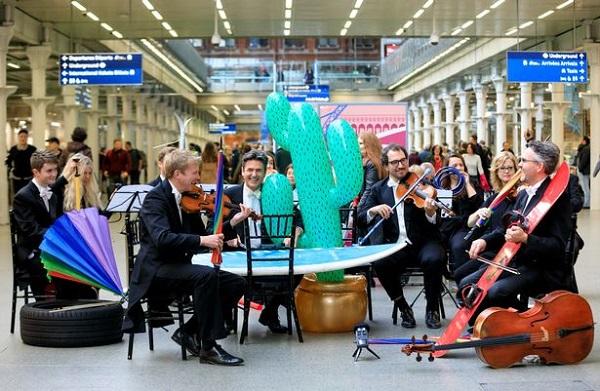 Các nghệ sĩ biểu diễn bằng nhạc cụ và những vật dụng kì lạ bị bỏ lại trên tàu.