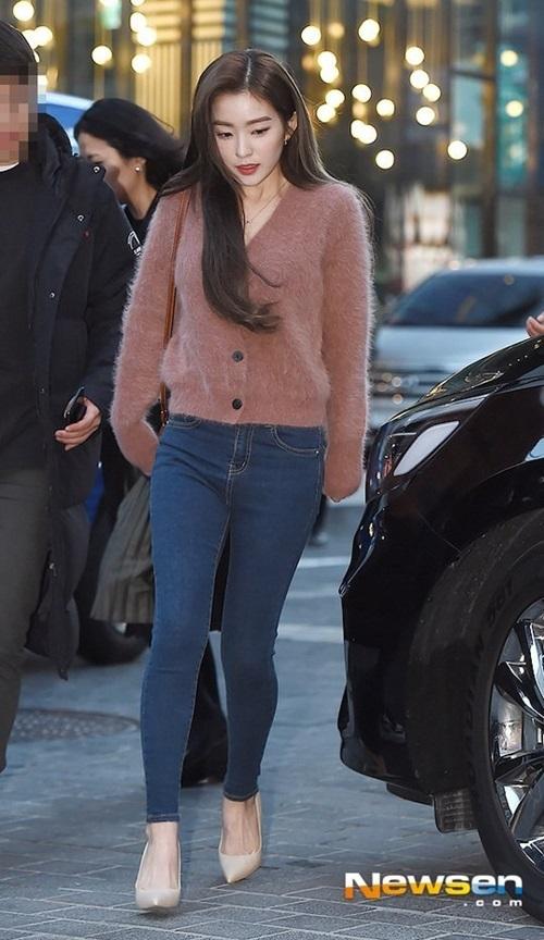 Chiều 22/11, Irene xuất hiện tại một sự kiện khai trương cửa hàng thời trang ở Seoul, Hàn Quốc.Mỹ nhân Red Velvet diện set đồ đơn giản, ồm áo len và quần jean, phối cùng túi xách nâu.