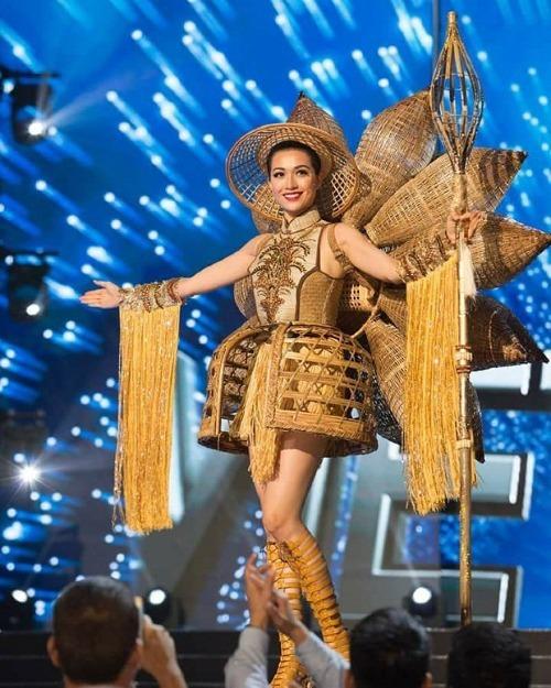 Bộ trang phục Nàng mây của NTK Thái Trung Tín giúp Lệ Hằng ghi điểm tại Miss Universe 2016.