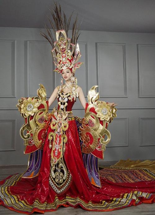 Khả Trang mang bộ trang phục có tên gọi Sen vàng Việt Nam của NTK Lê Long Dũng đến Hoa hậu Siêu quốc gia 2016.Mẫu thiết kế có trọnglượng hơn45 kg.