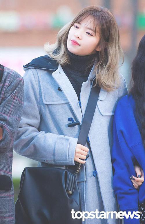 Jeong Yeon ngày càng xinh đẹp khi để tóc dài. Nữ ca sĩ có khuôn mặt nhỏ, đôi chân dài và tỉ lệ cơ thể giống người mẫu.