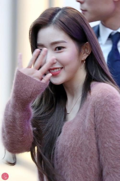 Irene chỉ kịp vẫy tay chào fan trong giây lát rồi bước vội vào cửa hàng.