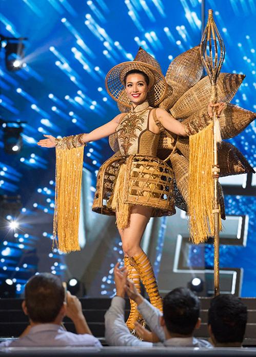 Năm 2016, Lệ Hằng dự thi với bộ váy Nàng Mây. Thiết kế của Thái Trung Tín lấy cảm hứng từ những chiếc đó bắt cá với chất liệu mây, tre... Trang phục được CNN ca ngợi và đứng thứ tư trong bảng xếp hạng trang phục dân tộc đẹp nhất do Missosology bình chọn.
