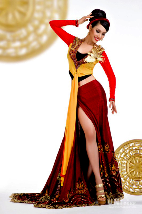 Người đẹp Vũ Thị Hoàng My đi thi Miss Universe 2011 với bộ quốc phục của nhà thiết kế Thuận Việt. Bộ trang phục mang tên Tinh Hoa Việt với 2 màu chủ đạo đỏ - vàng, được thiết kế phá cách rất táo bạo từ chiếc áo tứ thân truyền thống.