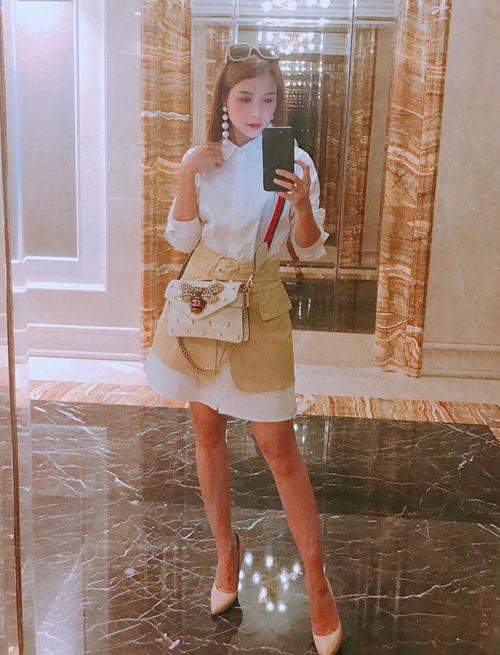 Tay chơi hàng hiệu ngầm còn có cả bộ sưu tập nhiều mẫu túi xách thời thượng từ các hãng Gucci, Chanel... với mức giá từ 40 triệu đồng đến hơn 100 triệu đồng.