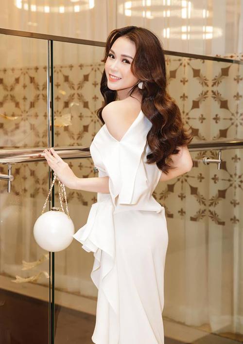 Chiếc túi mô phỏng hình hạt ngọc trai của Chanel có thiết kế xinh xắn như đồ chơi, tuy nhiên để sắm về Sam cũng phải chi gần 300 triệu đồng. Đây là một thiết kế rất được mỹ nhân Việt yêu thích.
