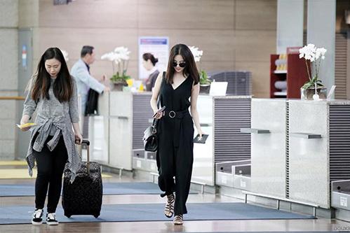 Seol Hyun có chiều cao, thân hình thanh mảnh nên mặc đẹp trang phục jumpsuit. Sắc đen càng tôn lên làn da trắng sáng của nữ ca sĩ.